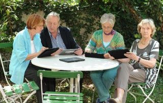 Senior*innen mit Tablet-PCs (Foto: Stiftung Digitale Chancen)